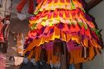 Esquiron | Carnaval de Géronce | Structure bois et grillage recouvert de papier journal et décoré de parier crépon. Dessous, quatre sonnailles (esquires), net Daban Nay