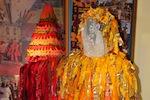 Costume de Petasson, ou âme errante, fait de bouts de tissus (pedàs) de récupération cousus sur une veste et un bonnet