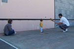 L'apprentissage débute souvent dans le cadre familial, sur le fronton du quartier ou du village.