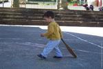 A peine savent-ils marcher que certains frappent leur première pelote, comme ce garçon de 18 mois.
