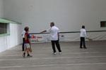 Dès l'âge de cinq ans, les enfants peuvent rejoindre l'école de pelote d'un club où ils démarrent ou poursuivent leur apprentissage des règles et des gestes. Souvent, ils débutent à main nue avant de s'orienter éventuellement vers un instrument (pala ou chistera).