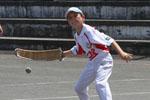 Joko garbi poussin | A joko garbi la pelote ne doit jamais être retenue dans le gant, contrairement au grand chistera ou à la cesta punta où le pelotari est autorisé à effectuer un mouvement de revers pour renvoyer la pelote.